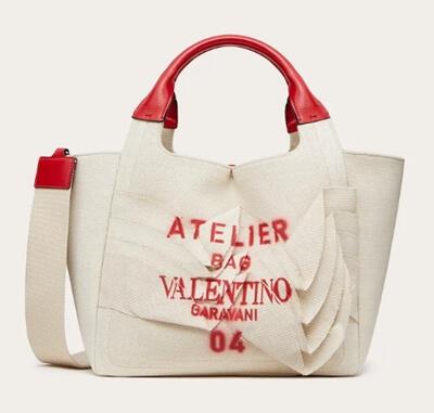 リコカツ北川景子さんの赤と白のキャンバストートバッグ(ヴァレンティノ)