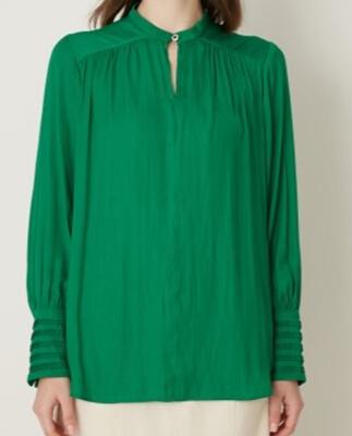 着飾る恋には理由があって川口春奈さん1話の衣装・緑(グリーン)のブラウス